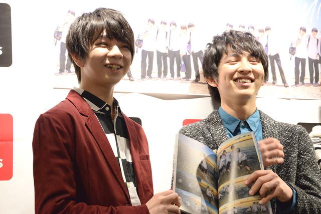 佐野勇斗のセクシーショットを指差す塩崎太智(左)。