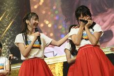 新潟でのNGT48単独コンサートと自身の卒業コンサートの開催決定を受け涙する北原里英(右)と、彼女の肩に手を置く荻野由佳(左)。(写真提供:AKS)