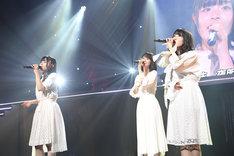 「夜風の仕業」を歌う清司麗菜(左)、柏木由紀(中央)、佐藤杏樹(右)。(写真提供:AKS)