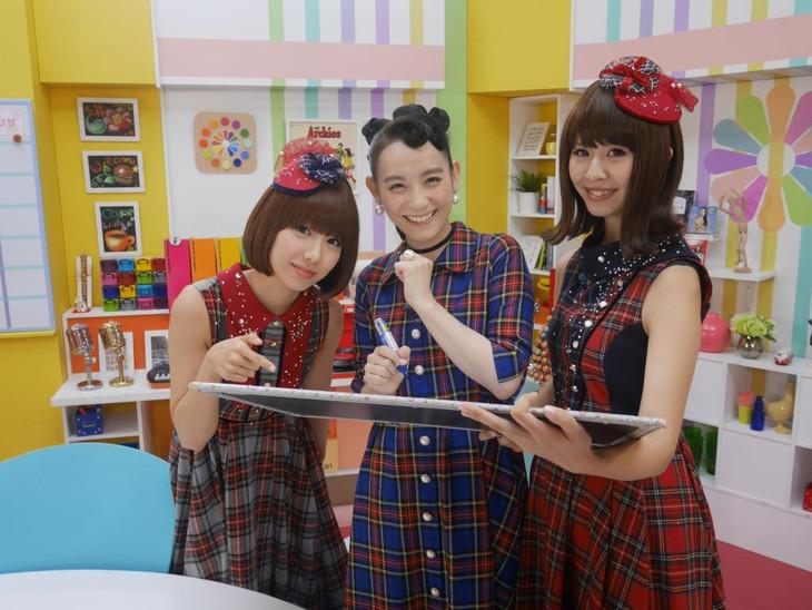 「シノ×バニ」篠原ともえ社長(中央)を囲むバニラビーンズのレナ(左)とリサ(右)。(c)テレビ朝日