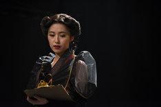 衛藤美彩演じるオリガ。