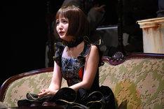 久保史緒里演じるイリーナ。