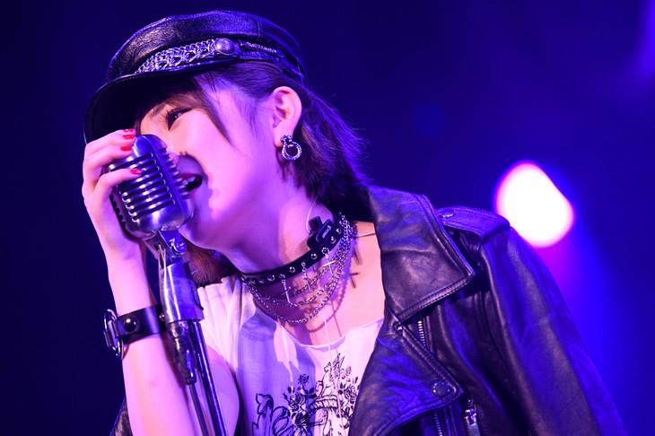 「紛らしている」を歌唱する岡田奈々。(c)AKS