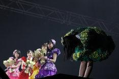 ファンに最後の挨拶をする有安杏果。(写真提供:キングレコード / EVIL LINE RECORDS)