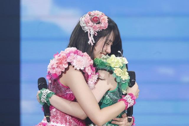 抱き合う佐々木彩夏と有安杏果。(写真提供:キングレコード / EVIL LINE RECORDS)