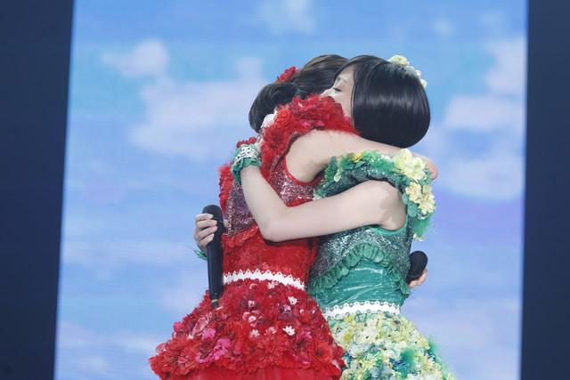 抱き合う百田夏菜子と有安杏果。(写真提供:キングレコード / EVIL LINE RECORDS)