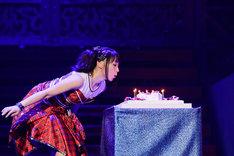 「7」型のバースデーケーキに立てられたろうそくの火を吹き消す水樹奈々。(撮影:上飯坂一)