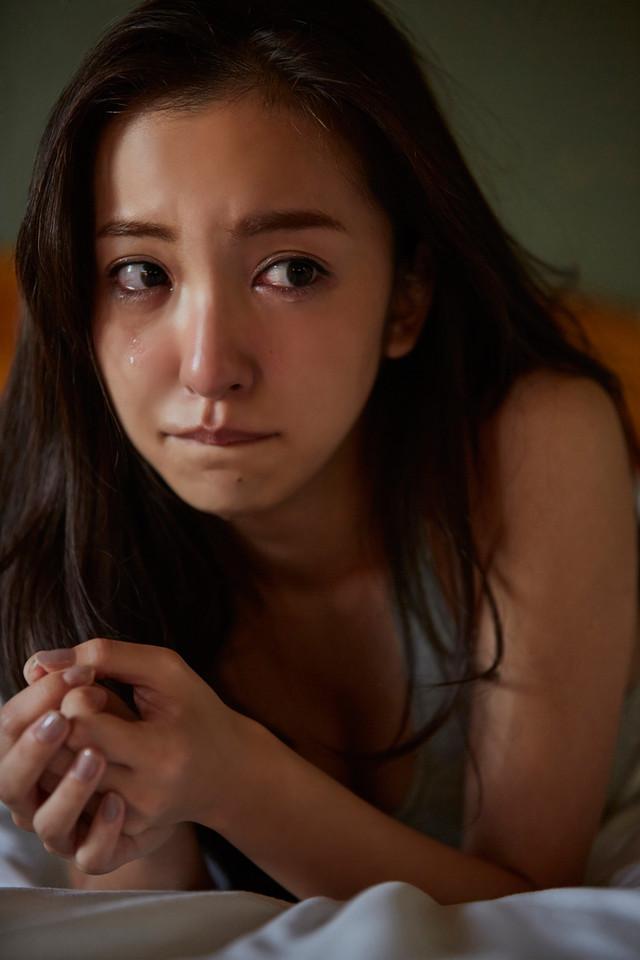 新作ジャケットと写真集の撮影時、思わず涙を流してしまった板野友美。