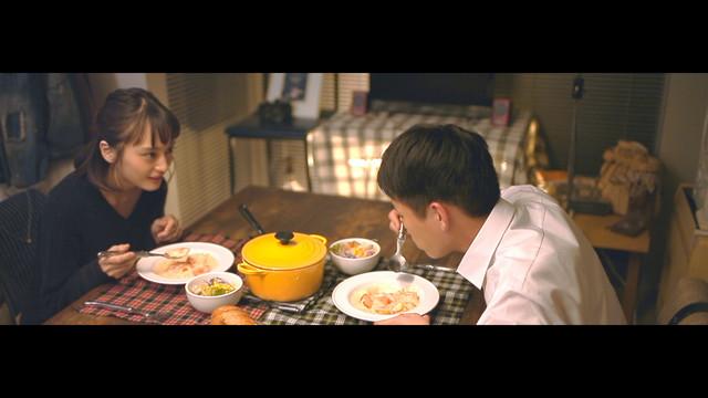松室政哉「きっと愛は不公平」ミュージックビデオより。