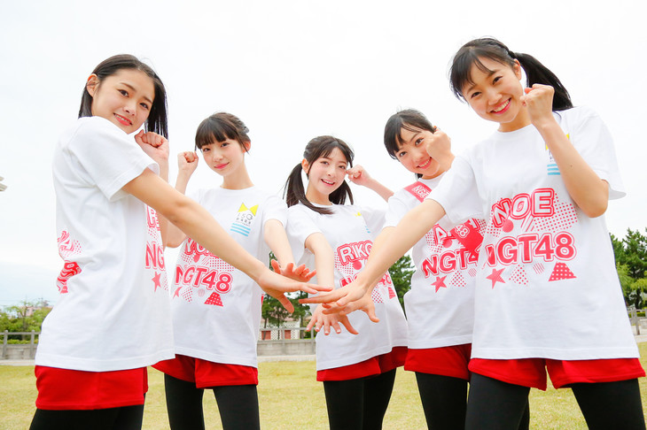 左から長谷川玲奈、荻野由佳、菅原りこ、日下部愛菜、山田野絵。
