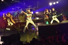 「やんややんやNight ~踊ろよ日本~」を披露するゴールデンボンバー。