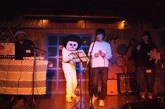 西中島きなこ+吉田靖直、オカザえもん、植益千晴による「EDMはポップコーン」披露時の様子。(撮影:藤森勇門)