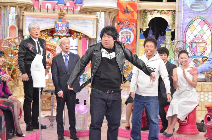 サイズが小さすぎるライダースジャケットを着用する岡崎体育。(c)読売テレビ