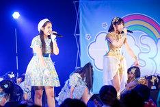 「勇気のシルエット」の落ちサビを歌う奥澤レイナ(左)と雨宮かのん(右)。(撮影:笹森健一)