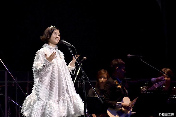 """「原田知世 35周年アニバーサリー・ツアー""""音楽と私""""」の様子。"""