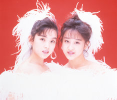 5thシングル「淋しい熱帯魚」を発表した1989年当時のWink。左から鈴木早知子、相田翔子。