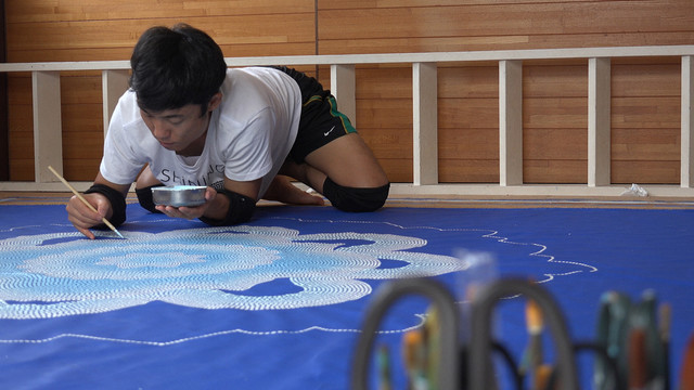 絵を描くGOMA。(写真提供:NHK)