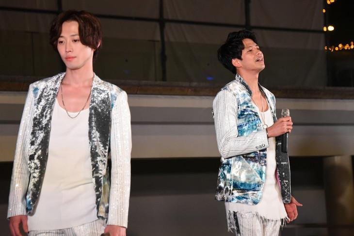 アカペラで「yours」の冒頭を歌い上げる森崎ウィン(右)。