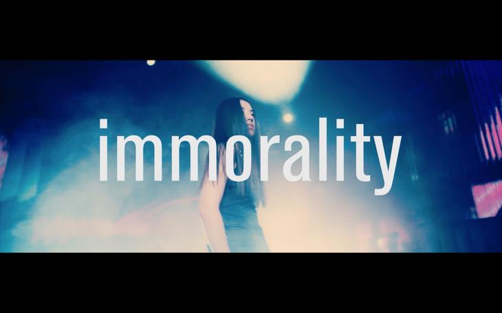 阿部真央「immorality」ミュージックビデオのワンシーン。