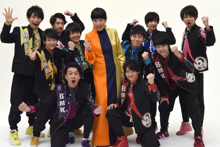 和田アキ子(中央)とBOYS AND MEN研究生。