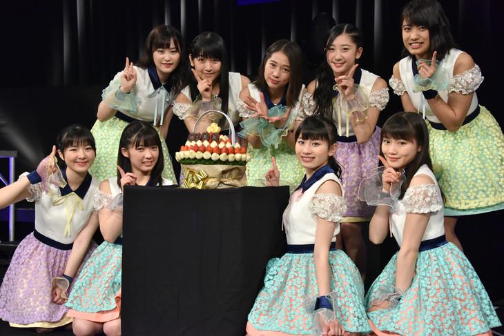 デビュー1周年を祝したケーキを囲むつばきファクトリー。
