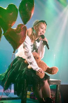 クマのぬいぐるみを抱えながら歌う坂本遥奈。(photo by HIROKAZU)