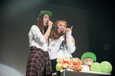 左から大黒柚姫、坂本遥奈。(photo by HIROKAZU)