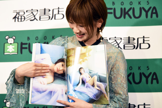 1st写真集「飾らない宝石」掲載写真の胸の部分を隠す岡田奈々。