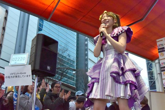 ライブ後に発電量をチェックする大黒柚姫。