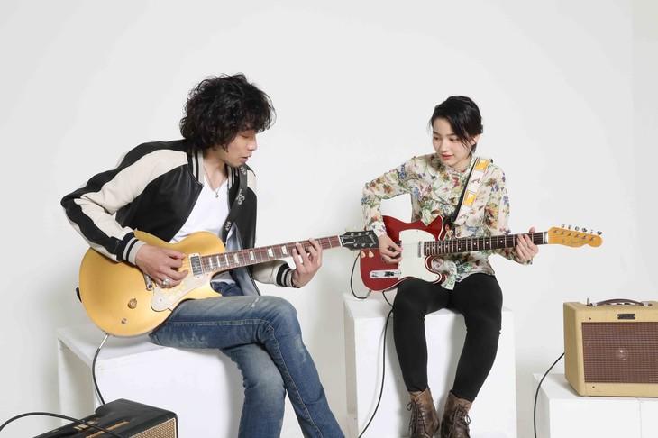 左から斉藤和義、のん。