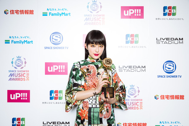 「BEST BREAKTHROUGH ARTIST」を受賞したDAOKO。