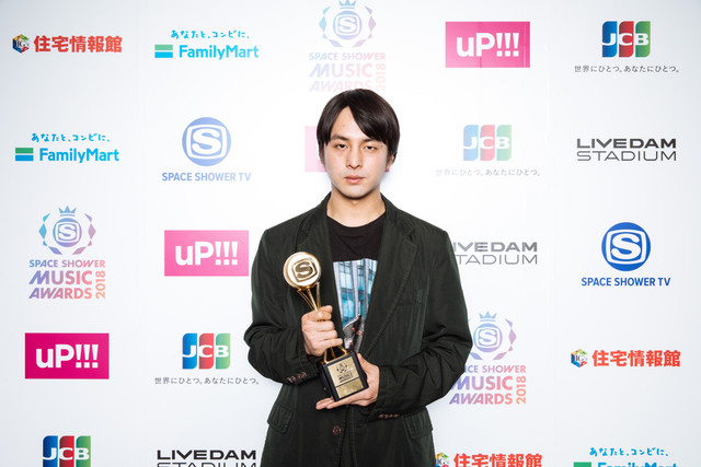 「BEST VIDEO DIRECTOR」を受賞した山田健人。