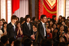 レッドカーペットを歩く登壇者たち。左から岩田剛典、菅田将暉、臼井央。