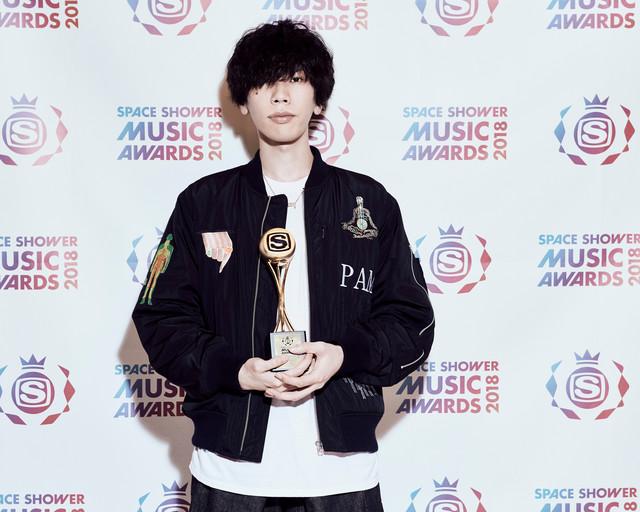 「BEST MALE ARTIST」を受賞した米津玄師。