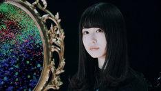 坂道AKB「国境のない時代」ミュージックビデオのワンシーン。