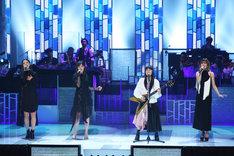 「ヒカリへ」でコラボレーションするmiwaとE-girls。(写真提供:フジテレビ)