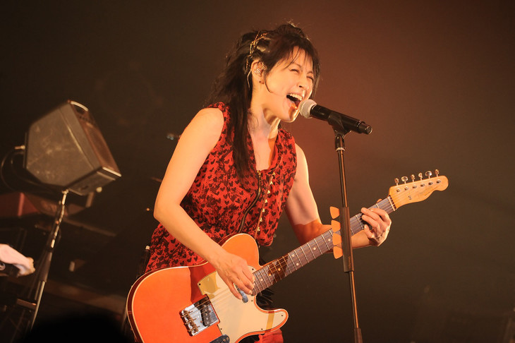「The Unforgettable Day 3.11」の様子。新バンドUnlock the Girlsでボーカルを務める岸谷香。(写真提供:SME Records)