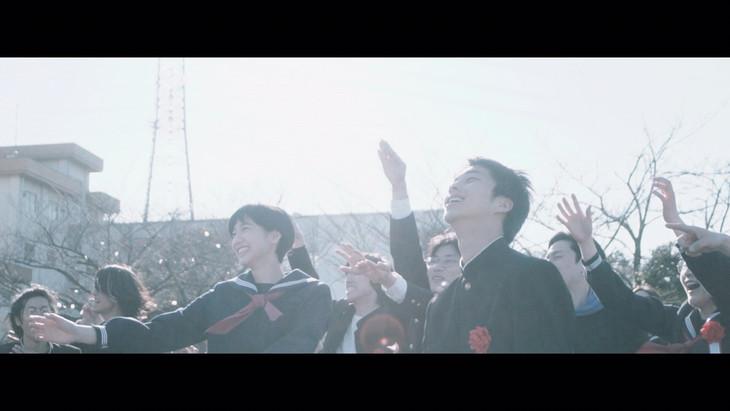 バレーボウイズ「卒業」のミュージックビデオのワンシーン。