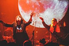 「与作」で観客の「ヘイヘイホー」を求める秋野温(左)と濱口尚(右)。(撮影:鈴木友莉)