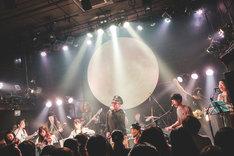 松本素生(GOING UNDER GROUND)がボーカルを担当した「シンクロナイズドテレパシー」の演奏シーン。(撮影:鈴木友莉)