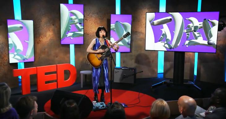 Reiが出演した「TED」のワンシーン。