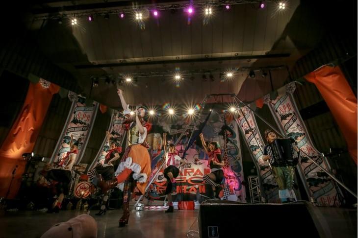 """「チャラン・ポ・ランタンpresents""""ブタ音楽祭2018""""ランタンサーカス supported by テンプスタッフ」東京・日比谷野外大音楽堂公演の様子。"""