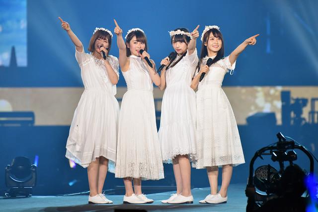「波打ち際を走らないか?」を歌う渡邉理佐、菅井友香、守屋茜、渡辺梨加。