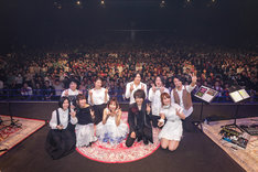 アンコールで撮影されたゲストとの記念写真。(撮影:上飯坂一)