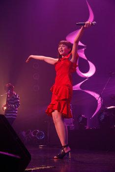真っ赤なドレスに着替えた中島愛。(撮影:小境勝巳)