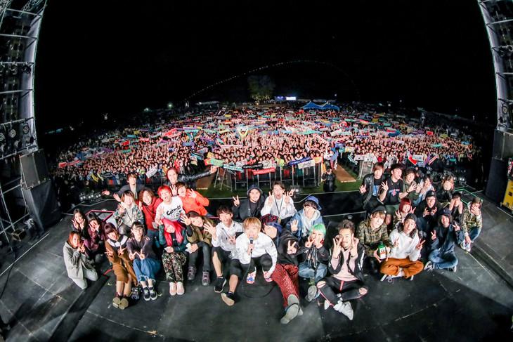 「YON FES 2018」2日目公演終了後の記念写真。(Photo by Viola Kam[V'z Twinkle])