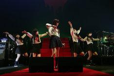 ダンサーを従えて踊る浜崎容子(中央)。(撮影:ゆうゆっこ)