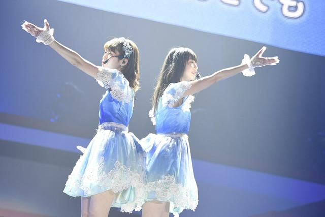「てもでもの涙」を披露する西潟茉莉奈(左)、荻野由佳(右)。(c)AKS