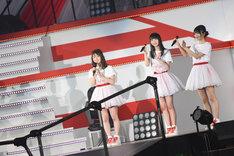 チームNIIIの新キャプテンに任命され、ファンに挨拶をする加藤美南(左端)。