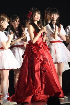 「北原里英卒業コンサート~夢の1115日 新潟の女になりました!~」で真っ赤な衣装を着用した北原里英。